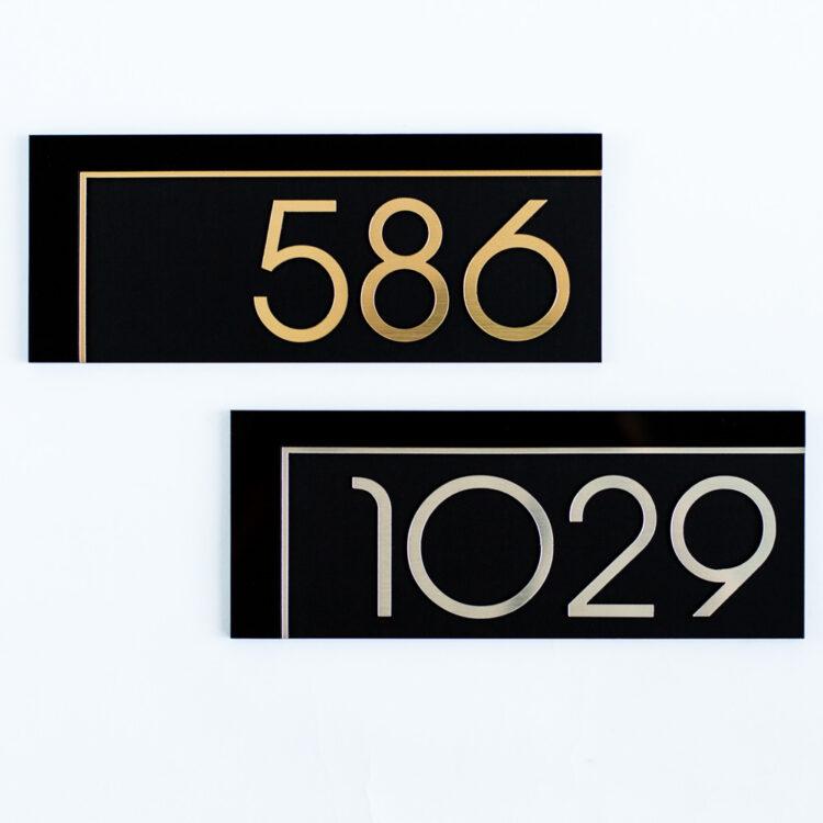 классический номер на дверь в современном стиле
